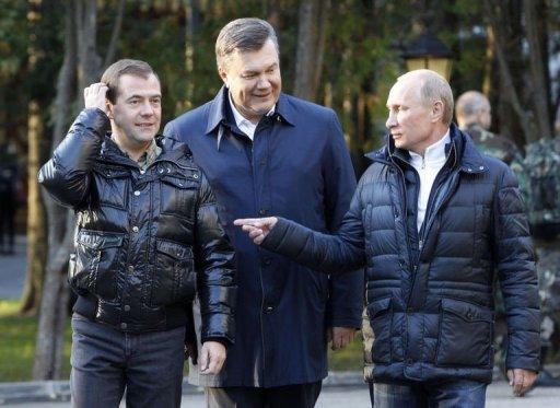 Yanukovich får stöd i sen presidentkampanj mot Yuschenko.